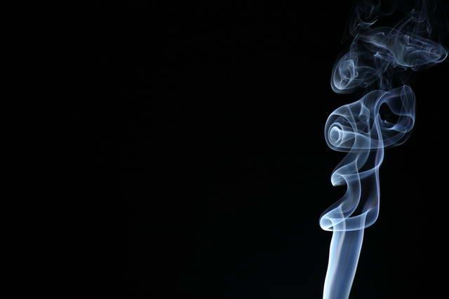 photographie de fumée sur fond noir