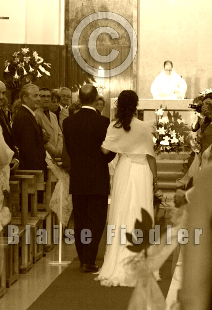 Mariage à l'église-la mariée et son père