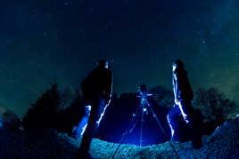 deux photographes sous un ciel étoilé