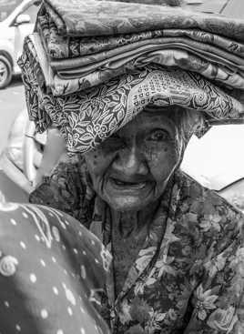 Vendeuse de sarongs à BALI