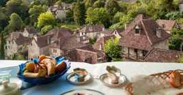 Petit déjeuner surplombant les toits de Saint-Cirq Lapopie