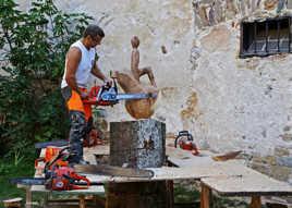 Sculpteur d'arbres à la tronçonneuse