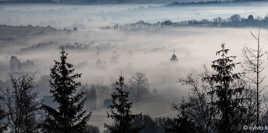 Clocher dans la brume matinale