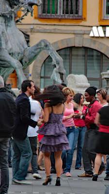 La Danseuse... ...Emportés par la foule qui nous traîne...