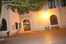 Un joli banc public devant la Mairie de Noves en nocturne