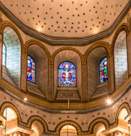 Au-dessus de l'autel.