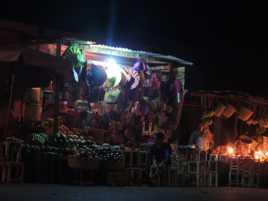 vendeur nocturne sur la Nationale 2 Madagascar