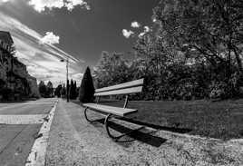 Viens t'asseoir un moment, histoire de passer le temps.