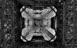 Sous les jupes de la Tour Eiffel