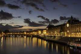 Le musée d'Orsay rayonnant sur la Seine