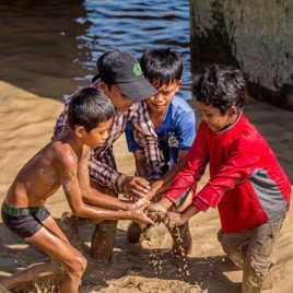 Ils viennent d'attrapper un poisson dans la boue