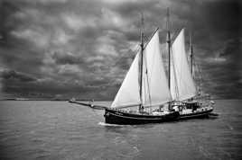 Un voilier sur le lac d'IJssel