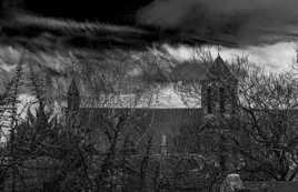 Noirceur au dessus de l'Eglise