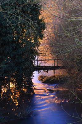 Sous le pont coule une rivière