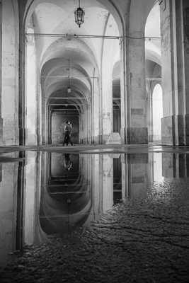 Reflet sous les arcades