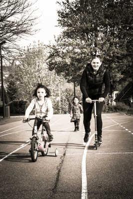 A vélo, en trotinette ou à pied !