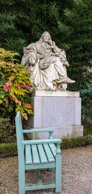 Asseyez-vous, Montesquieu vous attend pour philosopher d