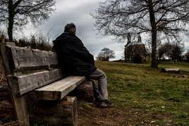 Je vous laisse une place sur le banc.