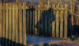 y a t-il un penseur sur le petit pont de bois