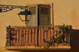 Ombre du lampadaire au soleil couchant