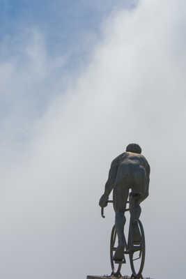 le géant monte dans les nuages