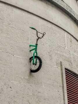 Droit dans le mur
