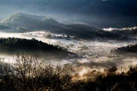 Quand le soleil levant chasse les brouillards de la vallée