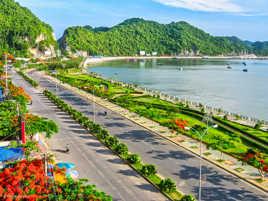 Promenade fleurie devant la baie Ha long