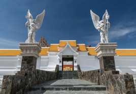 Aux portes du Wat Pawiras