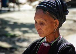 Vieille et belle dame au Vietnam