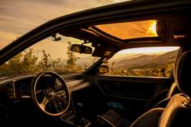 Des sièges, un cockpit old school et les montagnes.