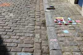 Jeu d'enfants sur les trottoirs de Bruges