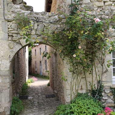 Le village de Charroux ,et ses ruelles . par Faugere
