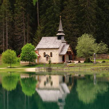 Chapelle au bord d'un lac du Tyrol italien par freewheels