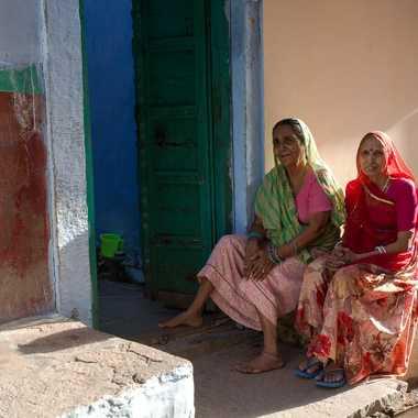 Femmes sur le pas de la porte par HeleneA