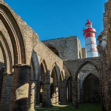 Phare et vestiges par clero