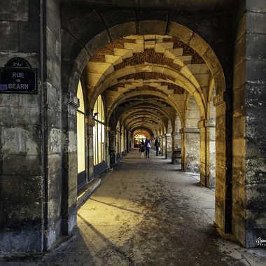 Les arcades de la place des Vosges par Rolandhino