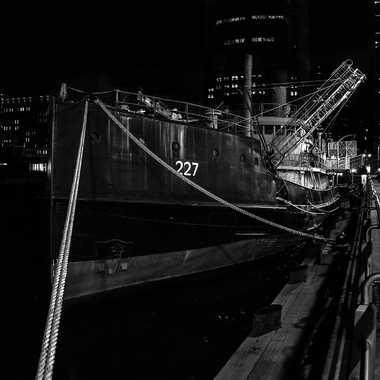 black boat par Jeremy_7517