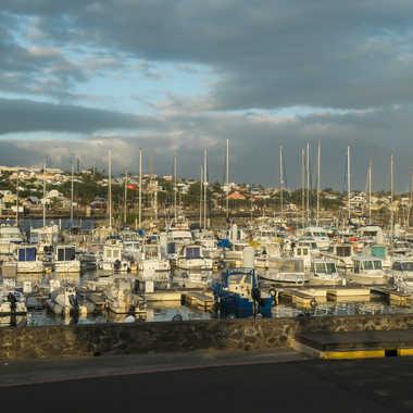 Dernières lueurs du jour sur le port par Philipounien