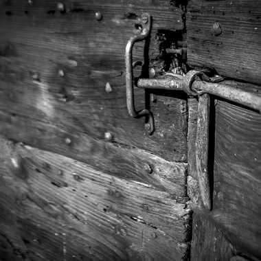 Lock on wood par Philoupi
