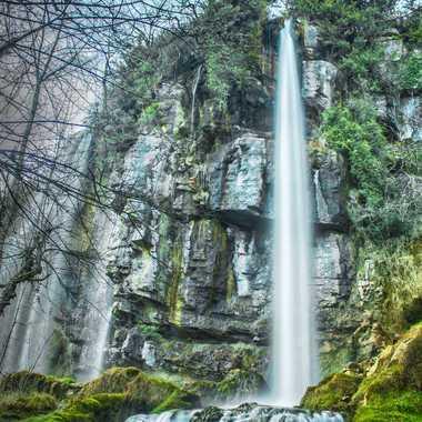 Aux pieds de la cascade par brj01