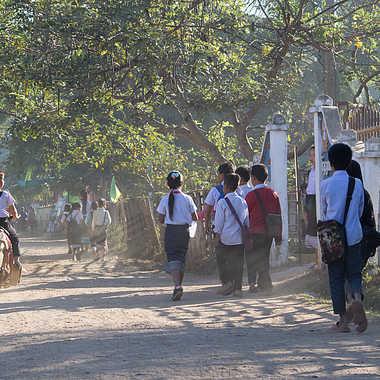 Scène de vie,chemin de l'école par patrick69220