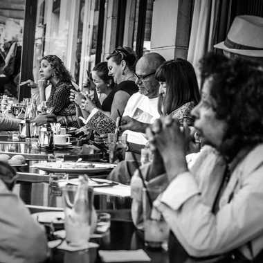 Dans le café par Juan Francia