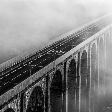 Le pont de Dinan dans la brume matinale par caraquin