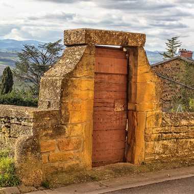 Porte en pierres dorées du Beaujolais par patrick69220