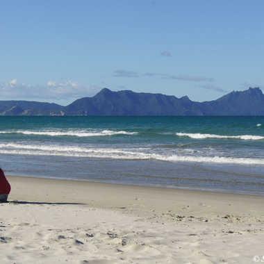 Une enfant joue sur la plage par sand.george