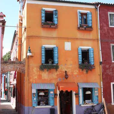 la maison orange aux volets bleues par almas71