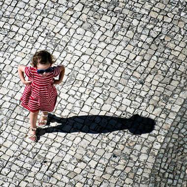 l'enfant sur le pavé par Nimo