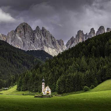 La petite chapelle dans la prairie par Stefano