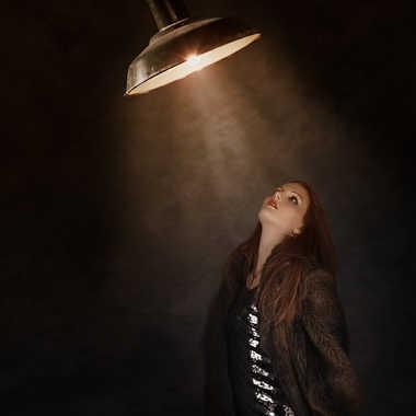 Célia sous la lumière retouchée par eyo19